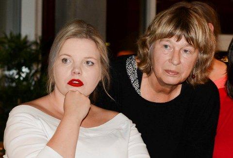 Silje Hjelmeland Olsen (t.v.) og Elisabeth Croles er valt til nestleiar og leiar i Kvinnherad SV. Her frå valvaken i rådhuset 9. september i 2019.