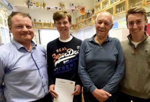 HEDRET: Olaf Korbu (nummer tre fra venstre) ble hedret med KIFs gullmerke. Fra venstre: Jørn V. Nygård, KIF, leder, Sondre Hvammen og Sander Kolberg, som fikk stipend. Anine Thoresen, som også fikk stipend, var ikke til stede på utdelingen.FOTO: OLE JOHN HOSTVEDT