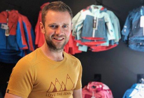 BUTIKK: Ola Fosshaug har drevet Friluftsbua på Lampeland siden 2018. I vår spurte han kommunen om det er mulig å holde søndagsåpent, og nå har han fått svar.