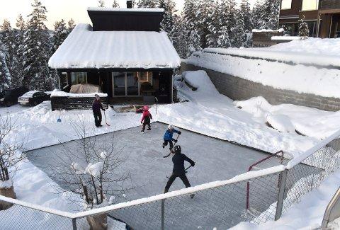 Nesten øverst i Kampestadlia har familien Gotfredsen anlagt sin egen skøytebane.