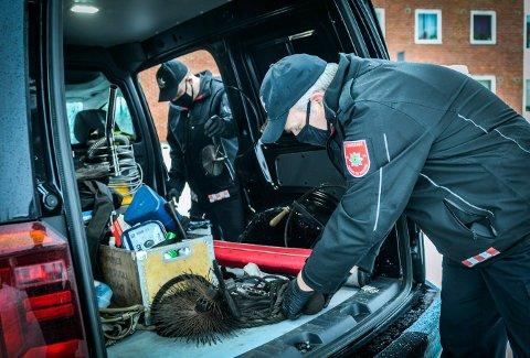 NY TITTEL: Tidligere hadde Håvard Sønju (t.v.) og Eivind Brandbu titlene feier, men den nye tittelen brannforebyggere er mer dekkende for den jobben de har.