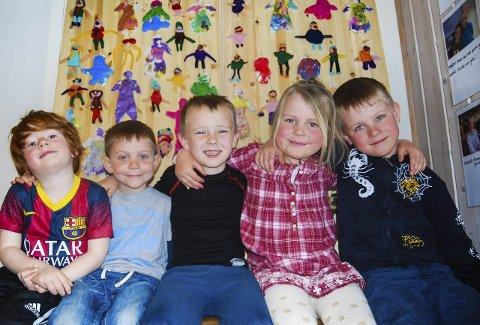 Vennskapsveggen: F.v. Ask N. Vassengen (5), Eskil Finnanger, Gabriel Trelease Eidheim, Jenny Gåsemyr og Mathias Gåsemyr (alle 6) er stolte av veggen, hvor all barna har laget miniutgave av seg selv.
