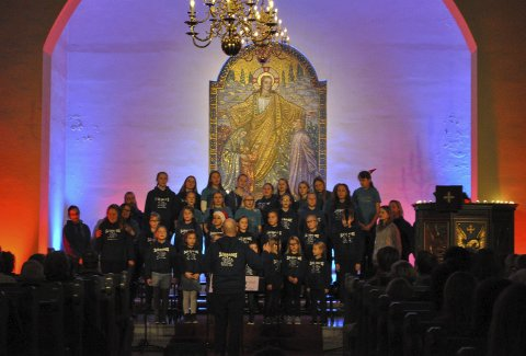Stemingsfullt: Sjåbagos & Lier Soul Children inviterte nærmiljøet inn i Sjåstad kirke, og ga dem en sjarmerende og stemningsfull konsert. FOTO: Guro Haverstad Torgersen
