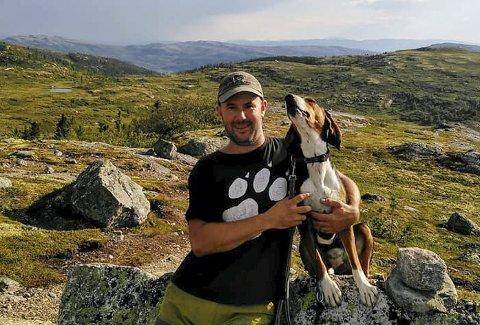 Savnet: Robin Hansen og Aava på fjellet der hun forsvant. – En blir jo glad i hunden sin, jeg har bare hatt henne i tre år, sier Hansen.begge foto: Privat