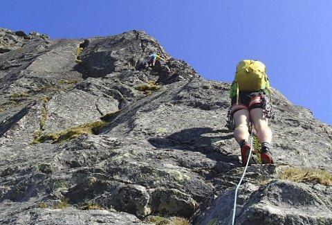 Nesten 90 grader: Bratt klatring opp mot Krokhammartinden. Foto: Martine Haug