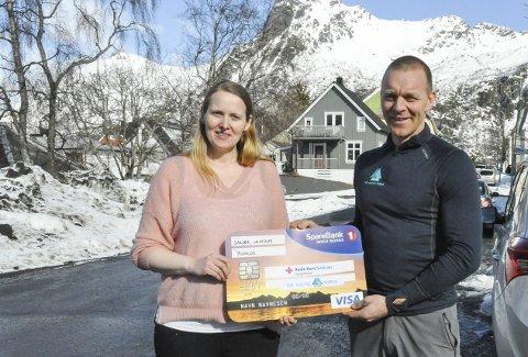 Sjekk: Frank Hagen i The Arctic Triple gir Silje Harjang i Røde Kors en sjekk på 7000 kroner. Pengene er etter et overskudd i forbindelse med et foredrag holdt under Skimo-helga. Foto: Synne Mauseth