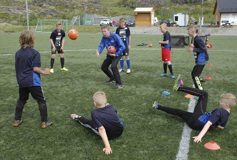 Fotball er gøy:  Ian Thompson (i midten) var på plass under Ballstads fotballcamp også i fjor. Han er kjent for å innføre nye og gøyale øvelser.Alle foto: Arkiv