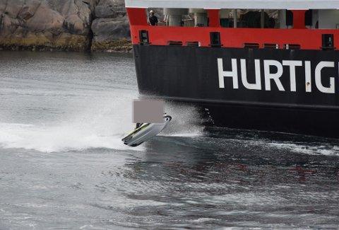 NÆRGÅENDE LEK: Denne vannscooteren var en av to som mandag kveld lekte seg på bølgene etter hurtigruten i Svolværs indre havn.