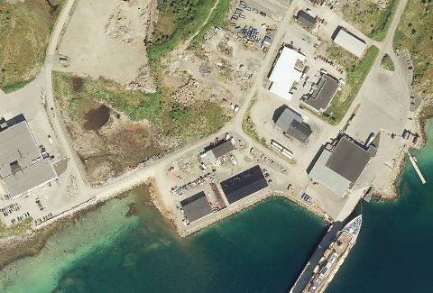 Gulesiders sist oppdaterte flyfoto fra Storeidøya, hvor det stadig pågår ny byggeaktivitet. De gamle nausttuftene ligger midt i bildet, som et trenet øye vil kunne oppdage.