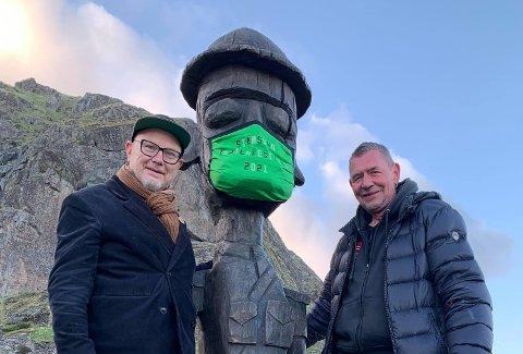 Jørgen Knusen og Worm Winther fra kunstnerkollektivet Baktruppen flankerer Turisten under Mannfallet.