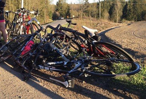 Fem syklister er sendt til sykehus etter at de kolliderte med en bil torsdag kveld.