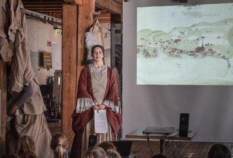 LÆRERIKT: - Ikke alle vet om de spennende historiene som fant sted her i Moss for 300 år siden. Foredraget har en kreativ vinkling hvor vi har kledd oss ut etter datidens mennesker, sier Eileen Jahren Eriksen.