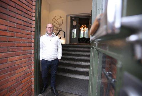 POSITIV TIL ENDRINGENE: Å gjøre endringer på Onkel Blå var i utgangspunktet ikke planen, men restauranteier Patrik Schöning ser på endringene som nye muligheter.