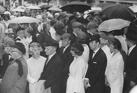 1965: Russedåp. Jeg lå 2 år etter mine jevnaldrende da de satte på seg svart studentlue med dusk. Sjøl måtte jeg helt til Oslo for å få tak i en, men der møtte jeg sannsynligvis en av landets mest særegne lærere, Andreas Raaum. Alle foto: Johan Rynnås