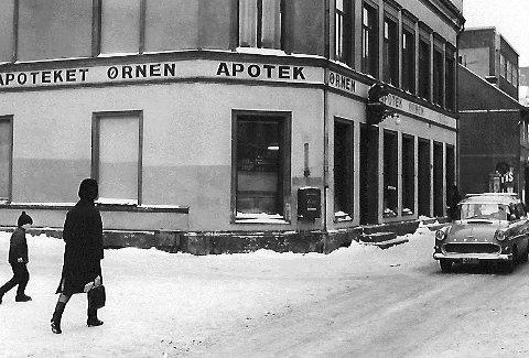 Dronningensgt 1965: «Charmer`n» holdt til i trebygningen bak t.h. på bildet og var en av byens ledende leverandører av såkalte hygieniske artikler. Leveransen foregikk med den ytterste forsiktighet og nervøse sideblikk hos unggutten.