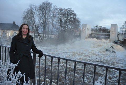 FRYKTER KONSEKVENSENE: Flomsituasjonen er ikke bra for Vansjø, sier Carina Isdahl, daglig leder av Morsa. Her ved fossen, hvor flomlukene er maks åpnet og 50.000 liter vann passerer i sekundet.