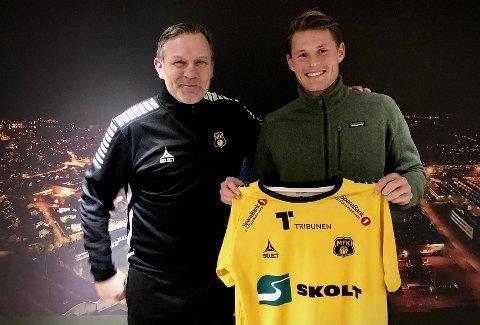 FORNØYD DUO: MFK-trener Shaun Constable (til venstre) og Jørgen Solvang Nilsen er fornøyde etter at det ble enighet om en toårskontrakt for sistnevnte torsdag kveld.