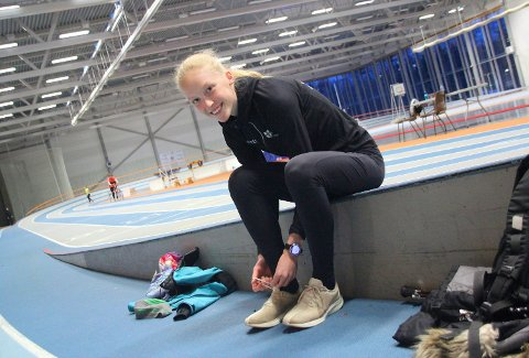 INNENDØRSSESONGEN I GANG: Grethe Tyldum fra Høylandet, her i Steinkjerhallen, er en av utøverne fra Namdalen som stiller til start på søndagens stevne i Steinkjer. Hun løper for arrangørklubben.