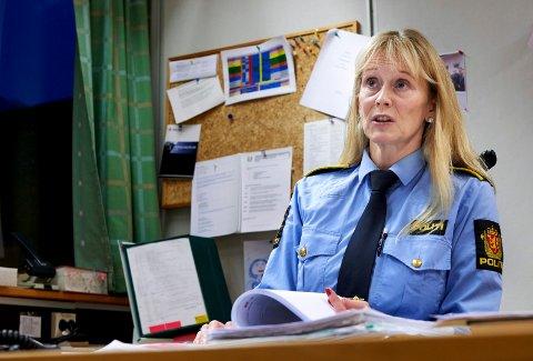 ETTERFORSKER VOLDSHENDELSE: Etterforskingsleder Line Marte Fuglum Juliussen forteller at flere er mistenkt for å stå bak en voldshendelse i Namsos fredag morgen.