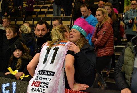 Silje Waade fikk klem av tante Katrine etter å ha herjet med Byåsen.