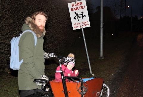 OPPRØRT: Erik Martiniussen, her med datteren Liv, likte ikke at Bymiljøetaten nylig fjernet de private trafikkskiltene  på Abildsø. Nå får beboerne støtte av Bydel Østensjø.
