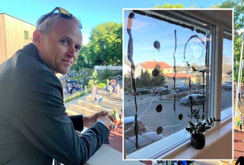 Hvis hærverket fortsetter, må rektor Anton Rygg på Munkerud skole igjen vurdere kameraovervåkning. Her med et av vinduene som er blitt knust den siste tiden.