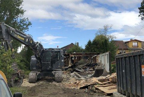 Det er ikke mye igjen av huset i Nordstrandveien 48B. Snart skal tre nye hus reise seg på tomten.