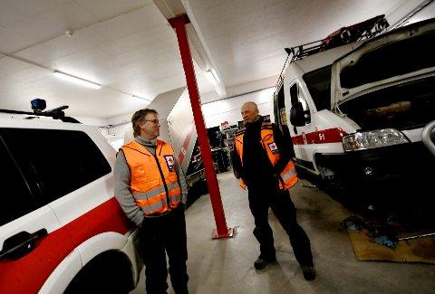 Korpsleder Svein Arild Bjøkne og operativ leder Pål Myrhagen forteller at det er mye slitasje på hjelpekorpsets biler og snøscootere.