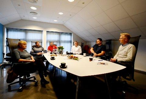 Bedriftsbesøk: Stortingsrepresentant Rigmor Aasrud (Ap), stortingsrepresentant Nils Kristen Sandtrøen (Ap), stortingskandidat Terje Jonny Sveen (Ap) og stortingskandidat Rune Støstad (Ap) besøkte nylig Opplysningen 1881 AS sin avdeling på Otta, her representert ved Marius Bismo og administrerende direktør Mads Gåsemyr.