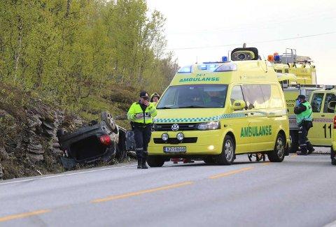 ULYKKE: To menn ble flydd til UNN mandag kveld etter utforkjøringen. Personbilen havnet på taket. Foto: Dag Tore Larsen