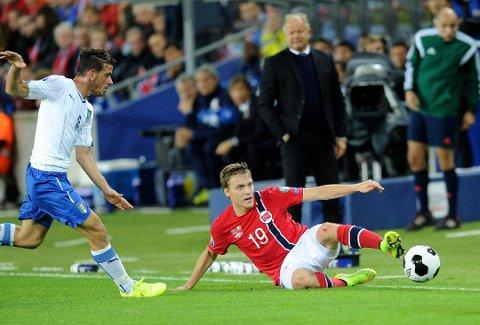Ruben Yttergård Jenssen sist han var i aksjon for Per-Mathias Høgmo (bak) og A-landslaget, mot Italia på Ullevaal 9. september 2014.