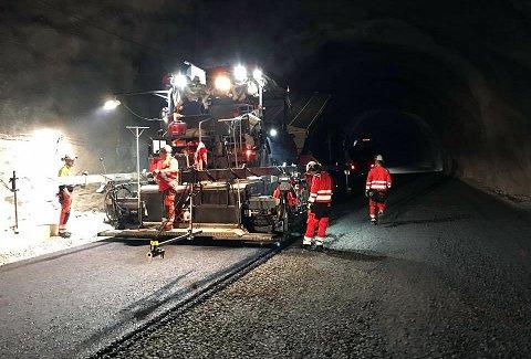I GANG: Veidekke industri AS startet torsdag asfaltering inne i nytunnelen ved Sørkjosen.