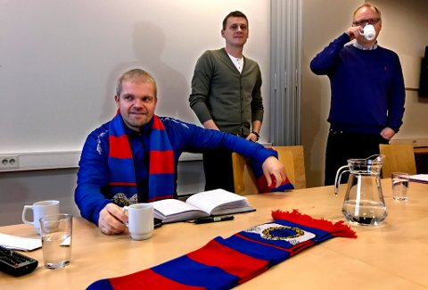 SNUDDE OG KOM I MÅL: Gaute Ugelstad Helstrup forlenger likevel med TUIL for to nye år – her med sportslig leder Thomas Heide og styreleder i TUIL Fotball, Are Bessesen.