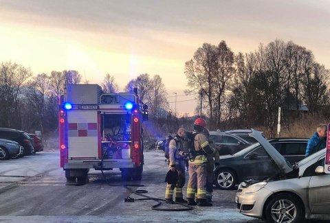 Her er brannvesenet på plass på KValøysletta. Foto: Eskil Mehren