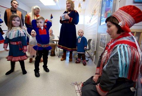 UNDERHOLDNING: Aile Susanne Bongo og Nicolai Sandvik Hansen opptrådte for sametingspresident Aili Keskitalo da hun besøkte den samiske avdelingen i stuentsamskipnadens barnehage onsdag formiddag. Foto: Ola Solvang