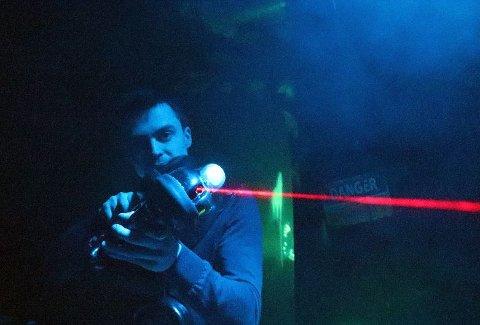 LASER PÅ BASER: I lokalet på Langnes satser nå Brynjar Julius Johansen (25) på såkalt lasertag, der gjestene beveger seg med vester og laserpistol gjennom ulike baser og skyter på hverandre.