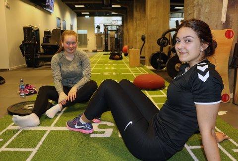 TRIVES PÅ TRENINGSSENTER: 15-åringene Vilde Bye Martinsen (t.v) og Selma Haagensen har allerede trent en god stund på treningssenter. Nå tilbys enda yngre brukere medlemskap på treningssentrene i Tromsø, helt ned i 12-årsalderen. Det er kamp om ungdommene som kunder.
