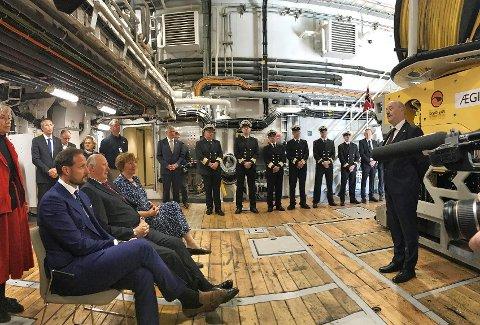INFOMERT OM TOKT: Kongen og Kronprinsen fikk informasjon om hvordan det nye skipet fungerte under toktet i Antarktis.