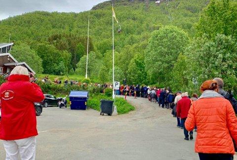 POPULÆR ATTRAKSJON: Fjellheisen er godt brukt både blant turister og lokalbefolkning. Køen til nedre stasjon var over hundre meter lang fredag ettermiddag.