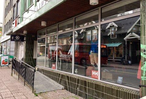 FREMLEIER: Her i Storgata har butikken holdt hus siden 2017. Nå sendes varene sørover. Foto: Linda Vaeng Sæbbe