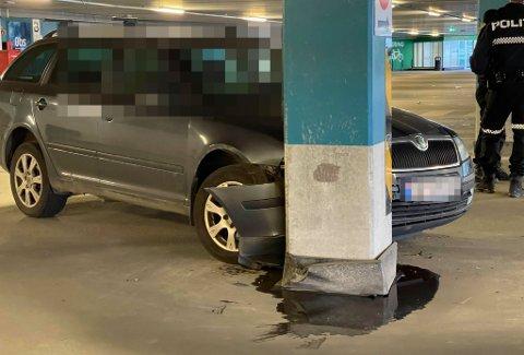 Her står bilen godt plantet inn i betongsøylen. Foto: Elvira Kolsing