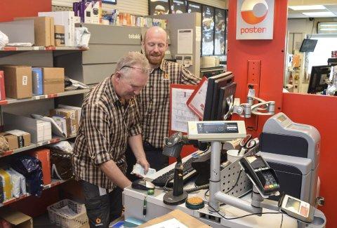 POST I BUTIKK: – Vi har hatt tor økning i etterspørselen etter kontantuttak, sier medarbeider Lars Sætra (t.v.) og innehaver Eistein Hegge hos post i butikk ved Statoil Hov.Foto: Sæmund Moshagen