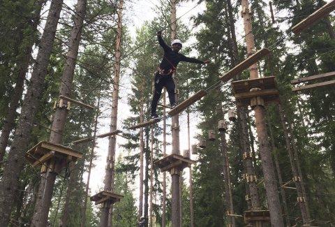 Tur til klatreparken: Deltakerne på sommerleiren på Starum fikk blant annet boltre seg i Helgøya klatrepark. Foto: Privat