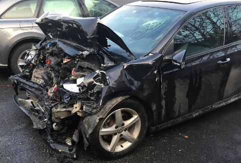 SKADER: Skadene på denne bilen vitner om en kraftig smell på Fylkesveg 33.