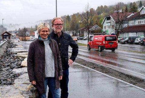 Samfunnsplanlegger Line Bøe og prosjektleder Bjørn Runar Eriksen jobber med et helhetlig stedsutviklingsprosjekt for Hov sentrum. - Kommunen ønsker å gi Hov sentrum et løft, fra nord til sør, sier de.