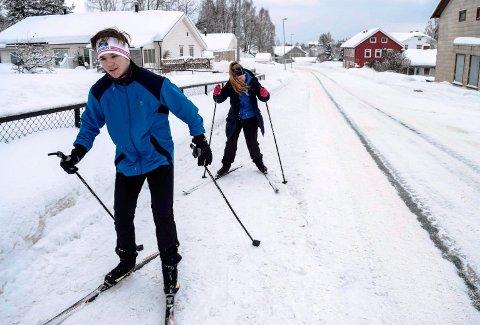 - Her er det fint skiføre, sier ungdomsskoleelevene Preben Brønstad og Andrine Sønsteby på Skreia. Torsdag tok de i bruk fortauet langs Fylkesveg 73 som skiløype.