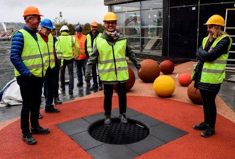 HOPPENDE BEGEISTRING: På Labo er det også tenkt på unge besøkende. Her prøver Kari Røssum (Sp) en av trampolinene mens Tom Svellet (Ap) og Guri Bråthen (Ap) følger med.