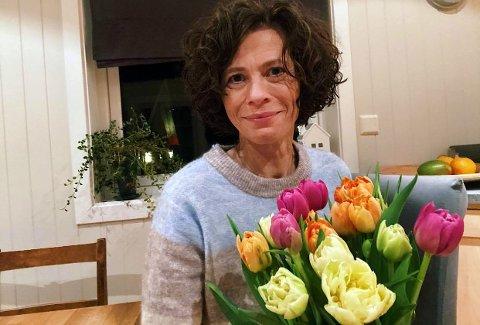 VARMER VELDIG: En hemmelig hyggelig gavmild person har gitt blomster til flere helsearbeidere i Søndre Land. Veldig hyggelig og varmende, sier Marianne Ege Lundberg, som er leder av hjemmebaserte tjenester i Søndre Land.