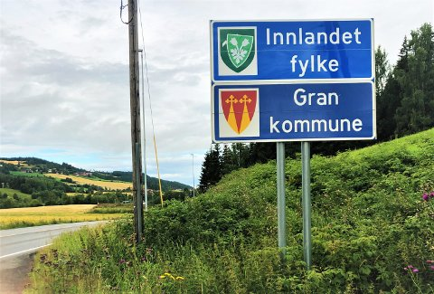 NYTT FYLKESMERKE: Fylkesmerket til Oppland er klistret over fylkesmerket til Innlandet.