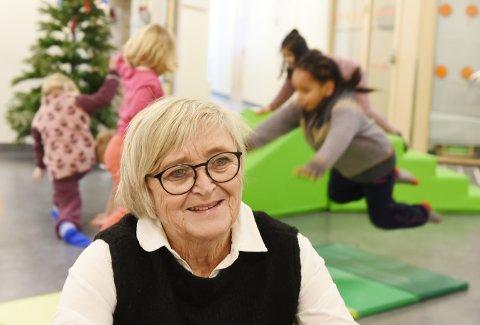 BLIR PENSJONIST: Barnehagesjef Kirsten Aune slutter i juni. Her med barna i Gjøvik barnehage som utfolder seg i bakgrunnen.